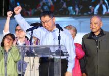 柯文哲前往四四南村向支持者发表谈话